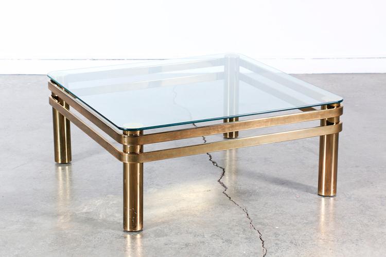 Mesa de patas de latón y cristal - Diseño de Milo Baughman - Inspiración vía Pinterest