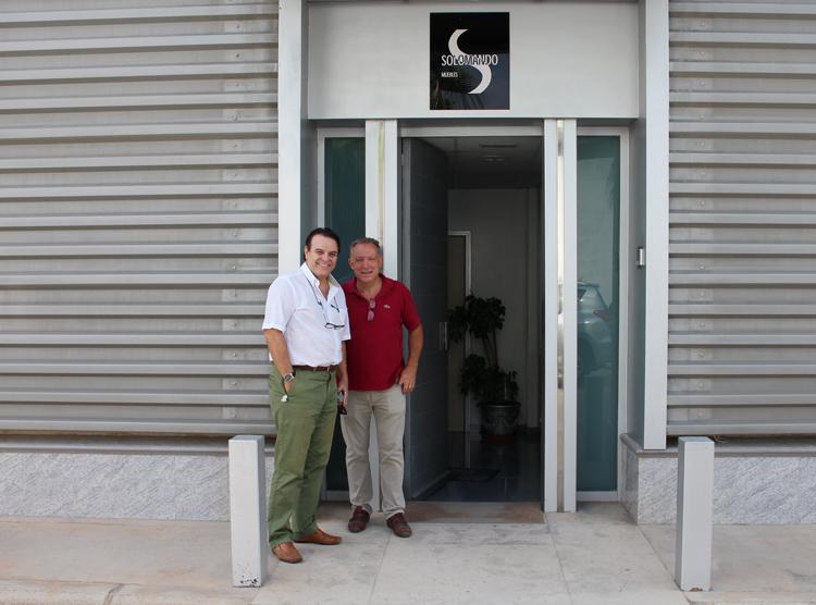 Nos recibe el fundador y dueño de Solomando, Florencio Solomando, quien posa con Paco Escrivá