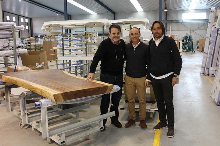 Juan José Franco, Jorge Amorós y Paco Escrivá en las instalaciones de Franco Furniture