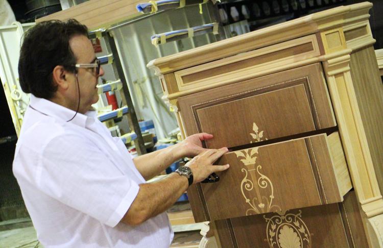 Paco Escrivá en su visita a Solomando - Mueble con cajones decorados en marquetería