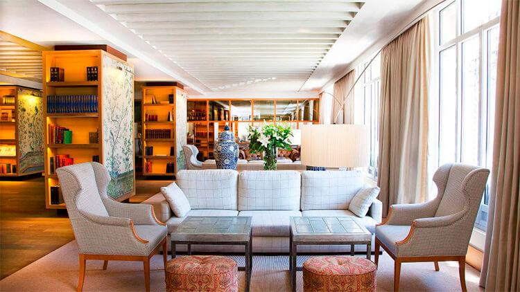 Sala de estar con sillones orejeros en Urso Hotel & Spa Madrid