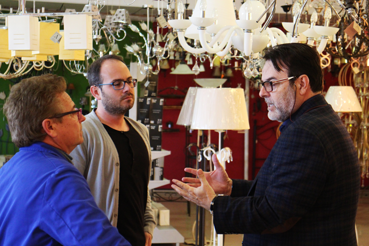 Francisco Ortiz, Héctor Ortiz y Paco Escrivá durante la visita a Joalpa - Ámbar Muebles