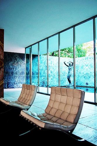 Muebles fetiche que no pasan de moda la silla barcelona for Exposicion muebles barcelona